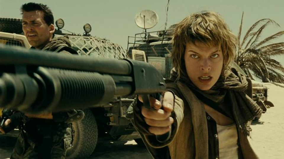 Milla Jovovich Shooting Mossberg 590 Shotgun One Handed (Resident Evil movie)